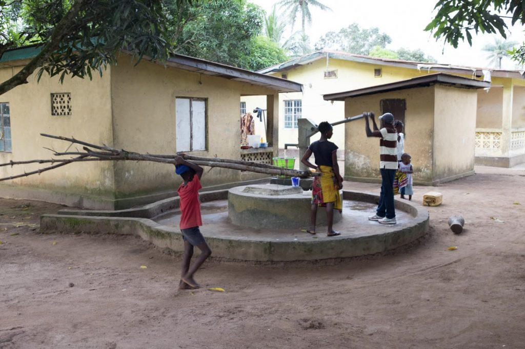 Auf dem Schulgelände wurde auch ein Brunnen gebohrt.