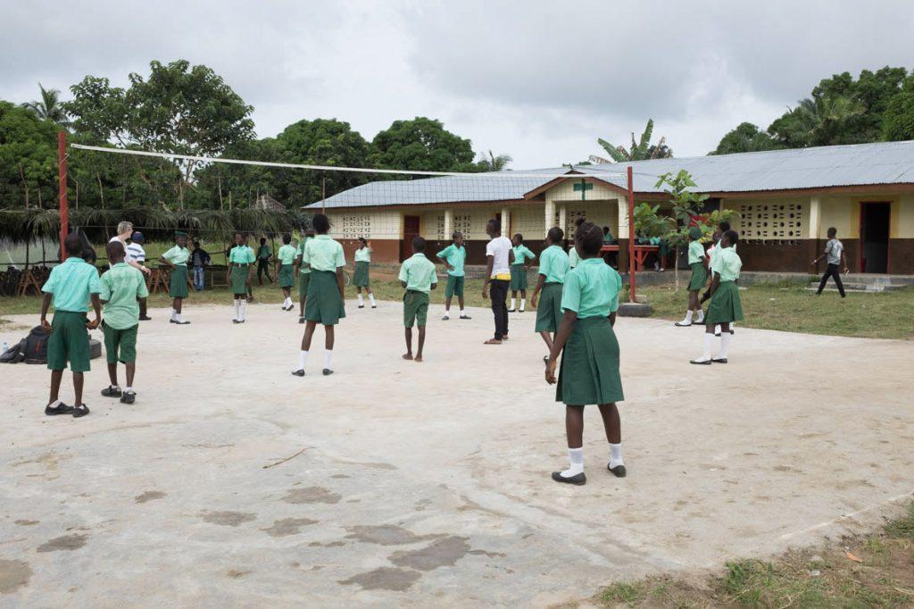 Auf dem Schulgelände gibt es einen Sportplatz.