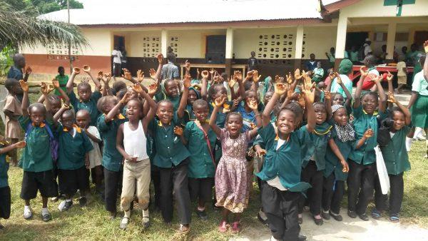 Einige Impressionen aus den Schulen: Schulkinder vor dem neuen Schulgebäude in Malokko (November 2016, Foto: T.Puschmann). Forikolo - Schulen für Sierra Leone