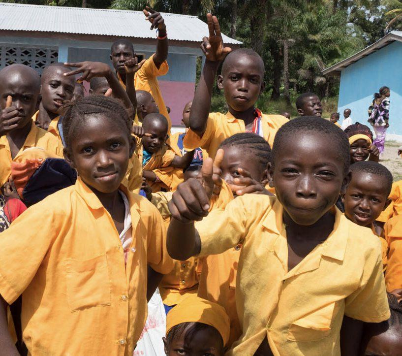 Kinder vor einer Schule in Sierra Leone