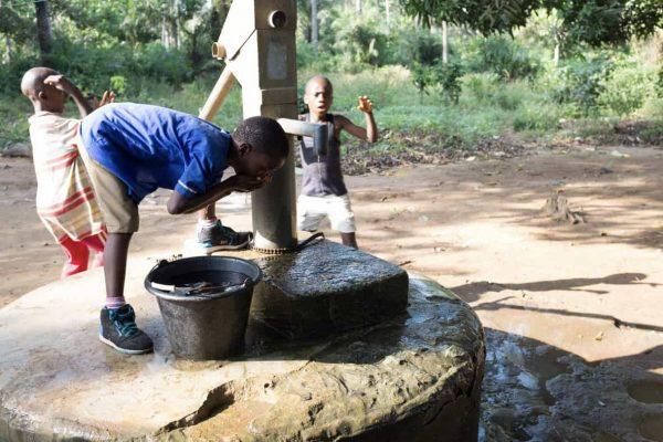 In vielen Dörfern gibt es keine Brunnen und somit kein sauberes Trinkwasser. Deshalb bauen wir auf dem Schulgelände oder den Gemeinden, Brunnen wie hier in Modia (2016. Foto: T.Puschmann)