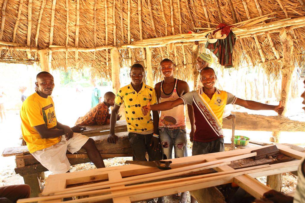 Alle neuen Schulgebäude werden mit Schulmöbeln ausgestattet, die in der Schreinerei in Forikolo hergestellt werden.