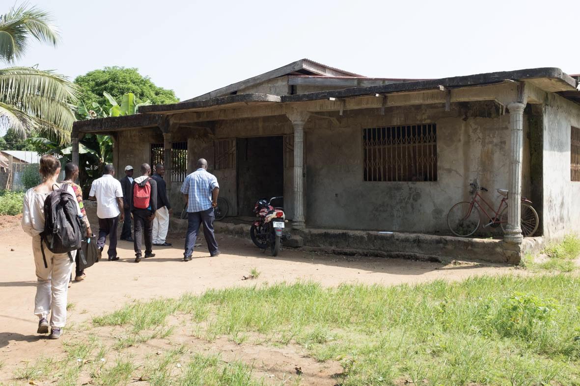 Das derzeitige Schulgebäude der Gemeinde Tintafor ist ein Wohnhaus, welches für den Unterricht genutzt wird. Das Gebäude ist zu klein für die ca. 300 Schüler*innen und hat keine Schulmöbel. Foto: Thomas Puschmann