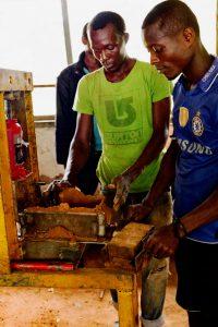 Herstellung der Lehmziegel für den Bau der Schulgebäude.