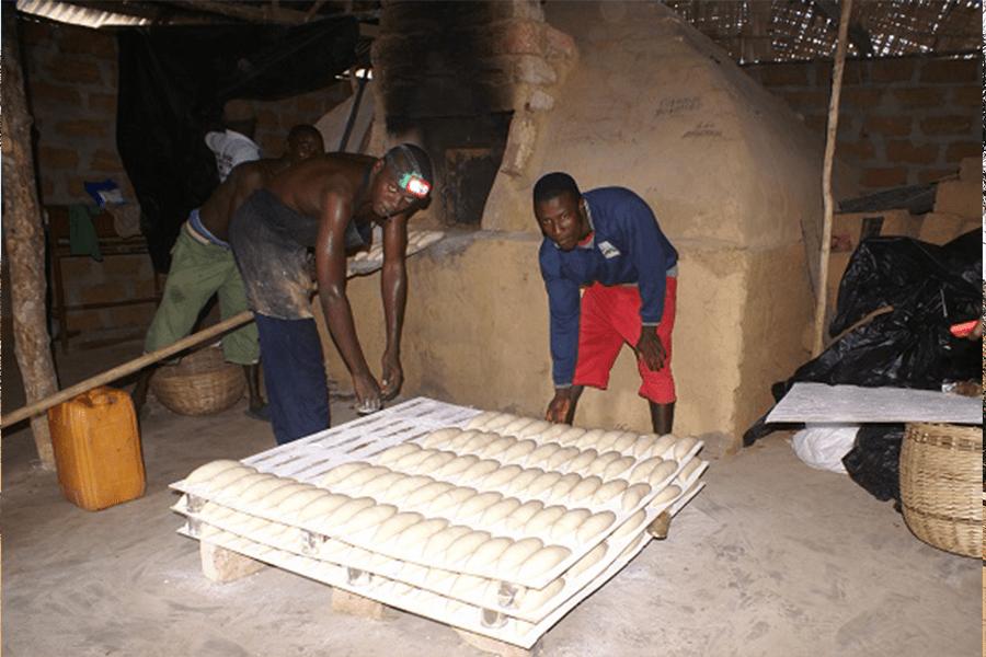 Mitarbeiter unserer Bäckerei in Bailor bei der Arbeit.
