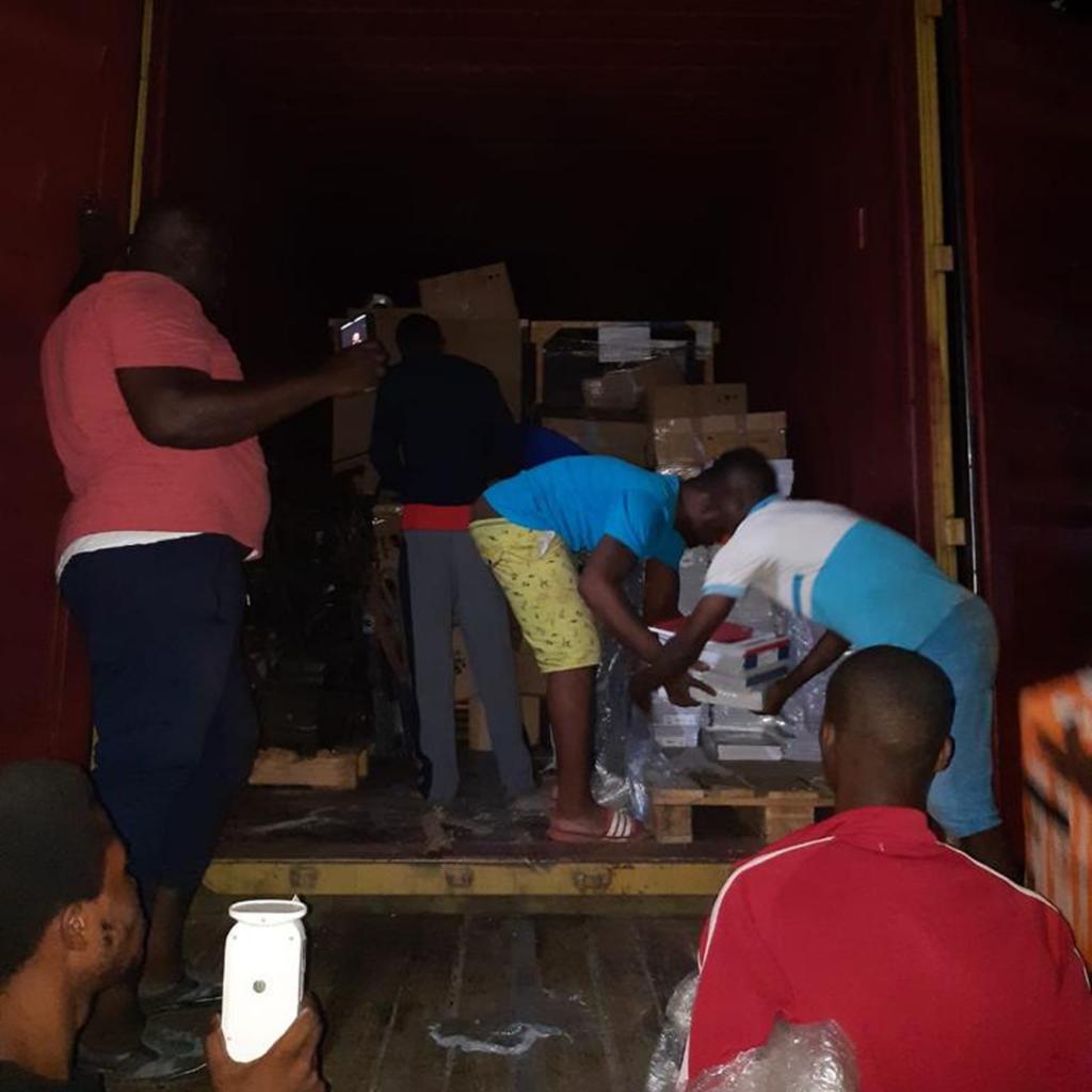 Ausladeprozess eines Containers in Sierra Leone