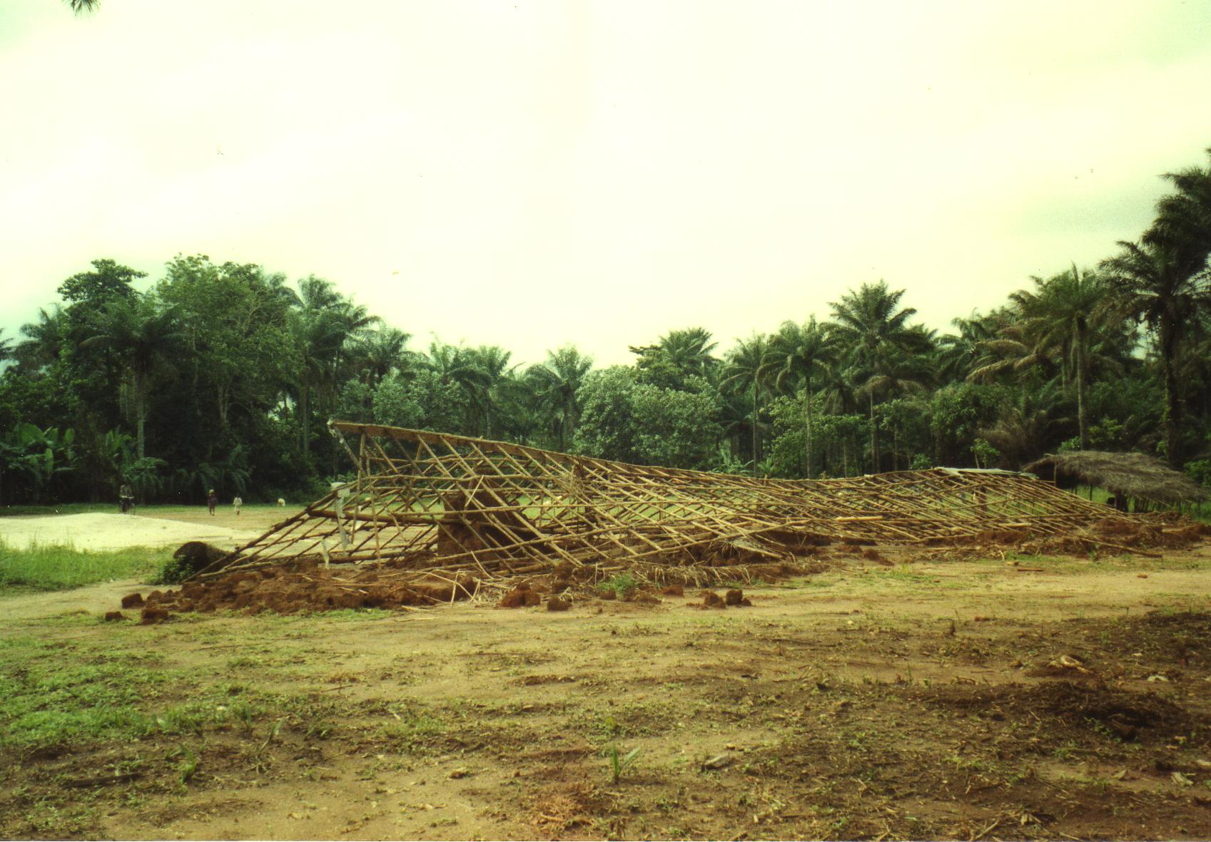 Das alte, eingestürtzte Schulgebäude in Forikolo